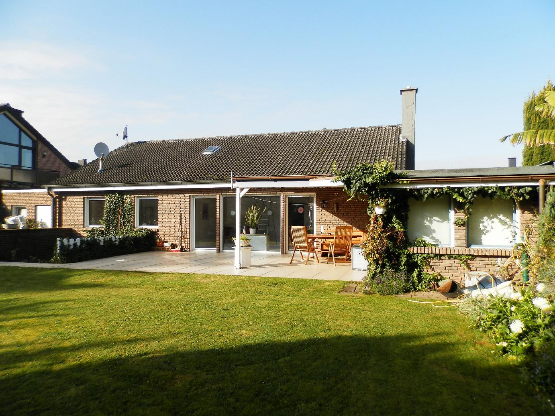 sonniger bungalow mit gepflegter gartenanlage heizung. Black Bedroom Furniture Sets. Home Design Ideas